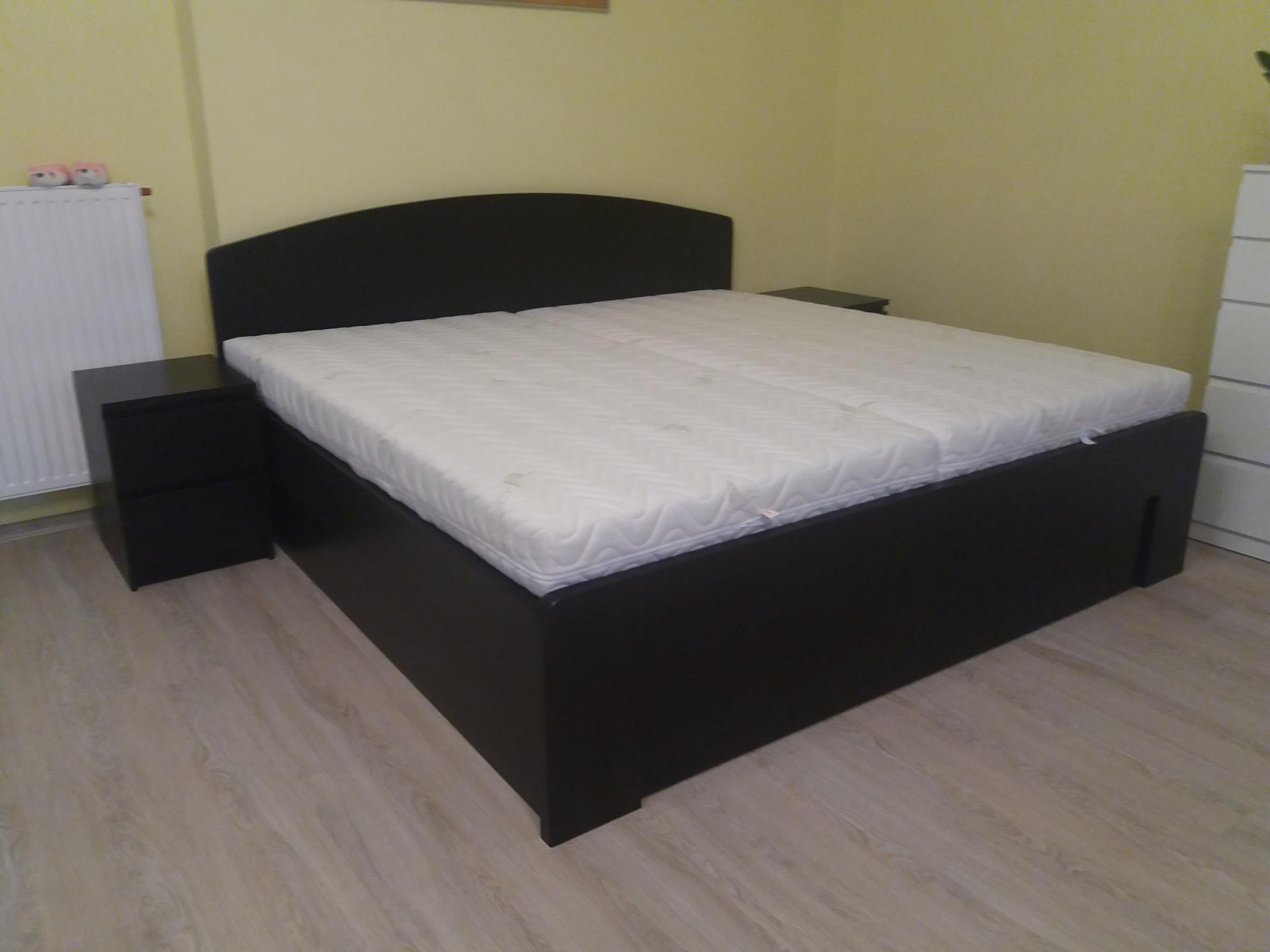 PETRA Dřevěná postel z masivu, s úložným prostorem